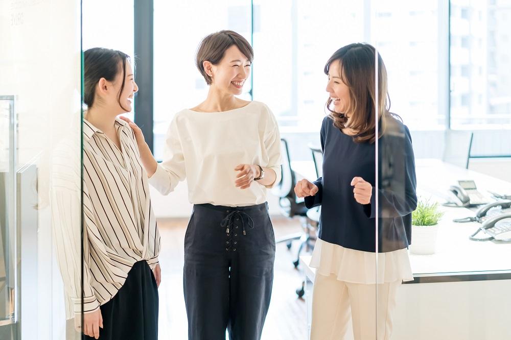 女性社員3人の会話風景